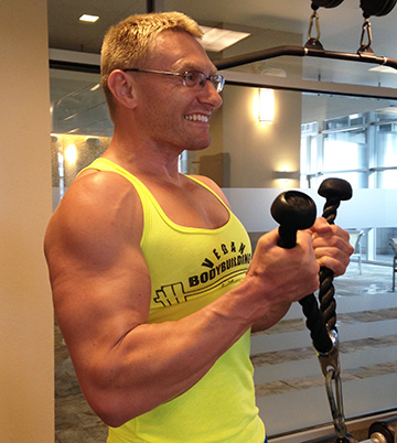 robert-cheeke-lifting-weights